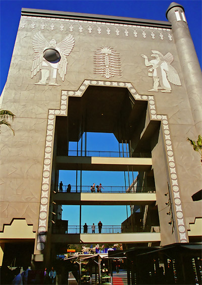 Hollywood and Highland, en gigantisk portal dekorerad i egyptisk stil