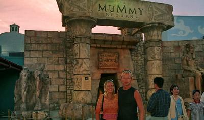 Anki och Lasse utanför ingången till The Mummy på Universal Studios i Hollywood