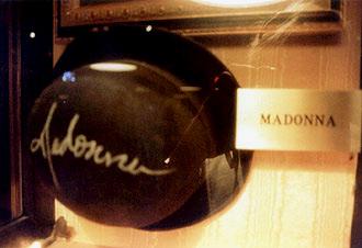Madonnas signerade hatt