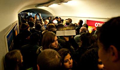 Kaos i metron på väg mot Trocadero