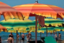 Parasoller på stranden i Sperlonga, Italien