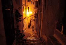 En sen kvälls promenad genom Sperlongas smala gator