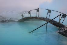 En gångbrygga över varma vattnet i Blå Lagunen, Grindavík Island
