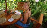 Anki äter lunch på Nadi Bay Resort Hotel, Fiji