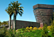 De Young Museum bland palmer i Golden Gate Park, San Francisco Kalifornien
