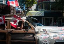 Bilkaravan med Canada Day firande längs Denman Street, Vancouver BC