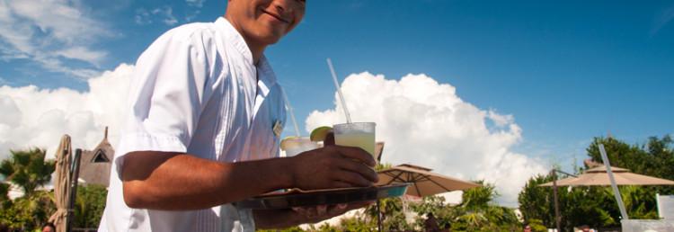 Vi blir serverade Margaritas vid poolen