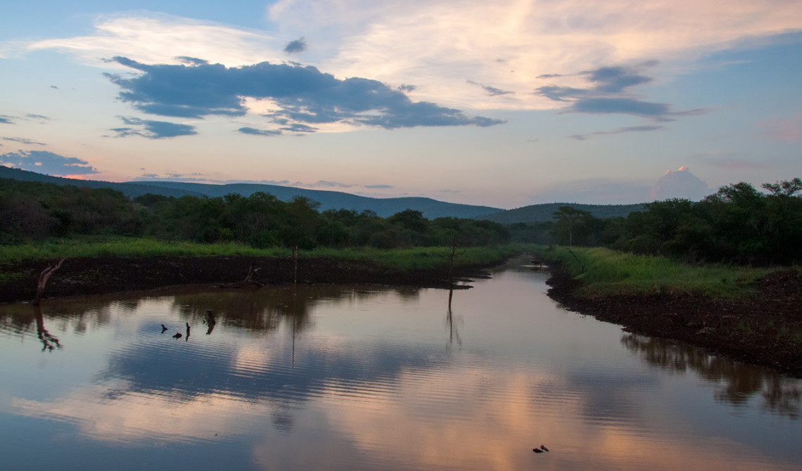 Underbara färger och en himmel som speglar sig i vattnet, Mavela Game Lodge