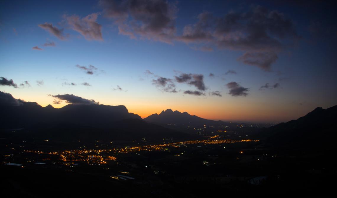 Solen är på väg ner när vi närmar oss Franschhoek vilket man får en vacker vy över från vägen