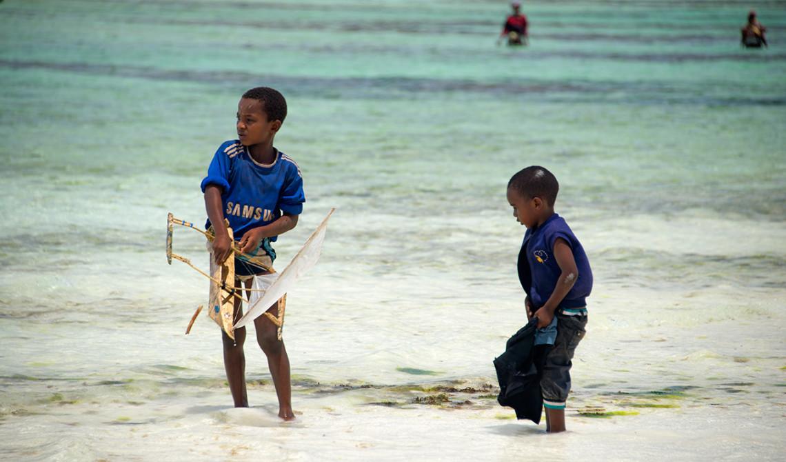 Pojkar leker i vattnet