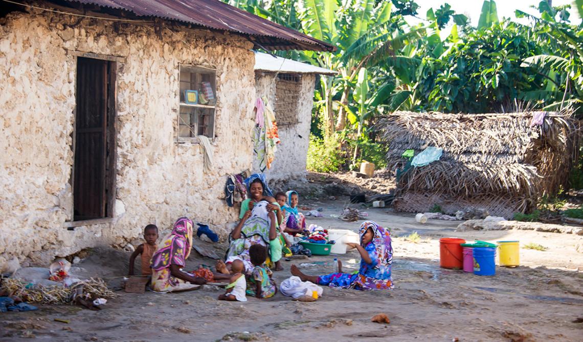 Barn och kvinnor vinkar glatt när vi passerar genom byn