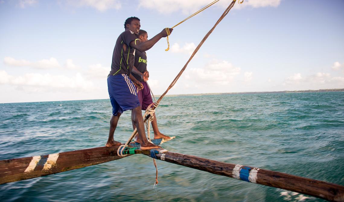 Två besättningsmän styr Ngalawa båten