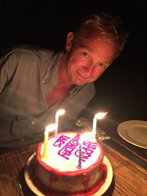 Lars med sin födelsedagstårta, på stranden på Manta Resort