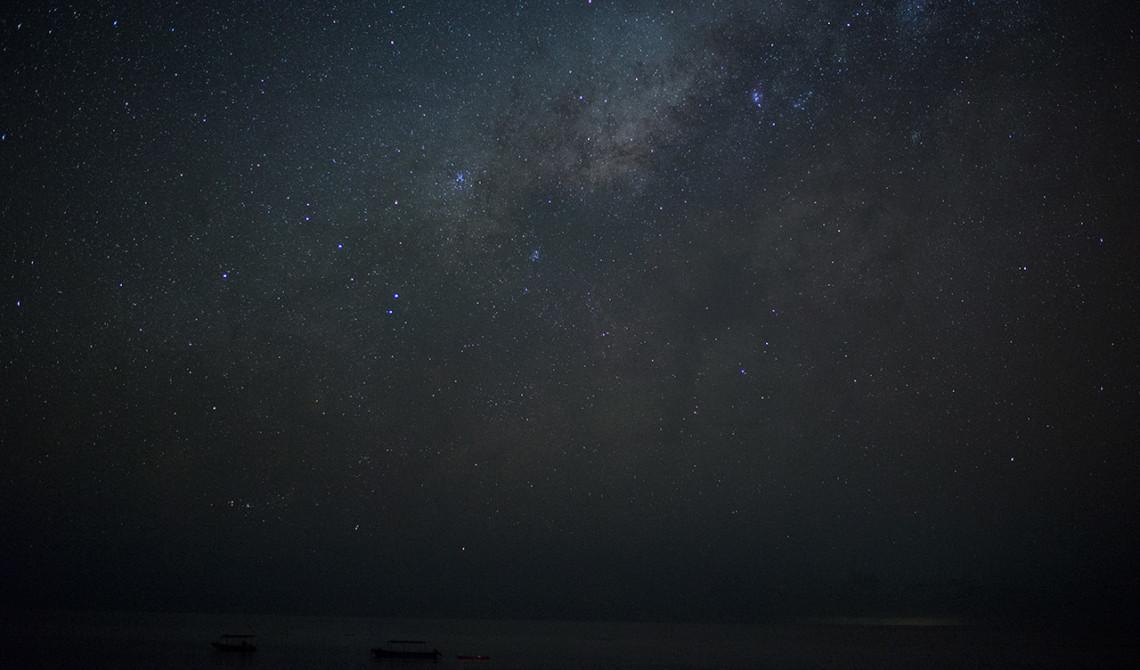 Stjärnklar himmel med vintergatan