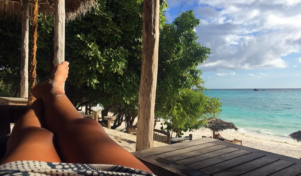 Perfekt plats i hammock på Manta Resort inför solnedgången