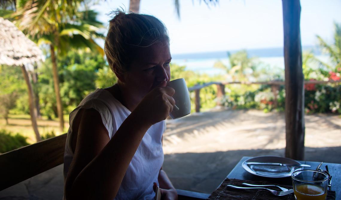 Anki vid frukosten på Manta Resort
