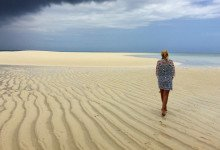 Anki promenerar över sandbankens orörda sand