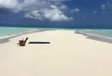 Sandbarn, enbart för oss med picknick kort och strandlakan utplaserade