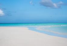 Sandbanken strax utanför ön