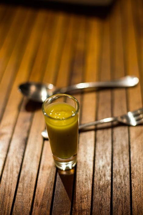 Soppa serverat i små glas på Boucan Restaurant by Hotel Chocolat, Saint Lucia