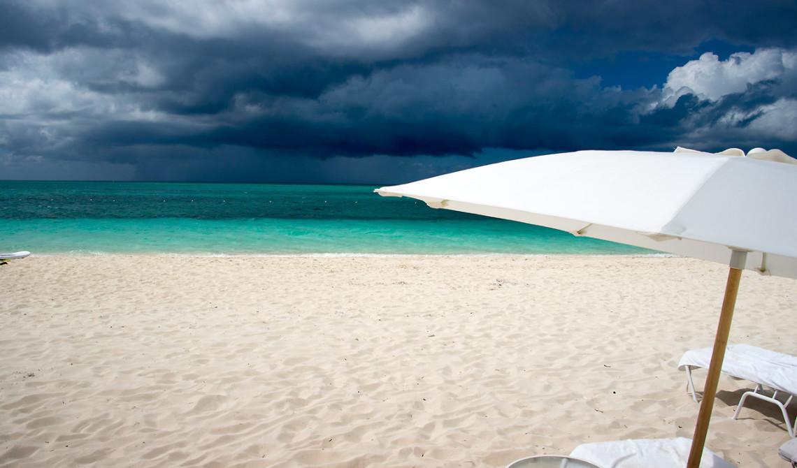 Dramatisk himmel i horisonten. West Bay Club Resort, Turks & Caicos