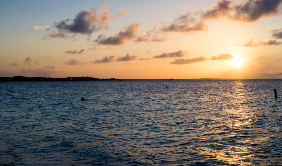 Solnedgång över stranden och Windsong Resort, Turks & Caicos