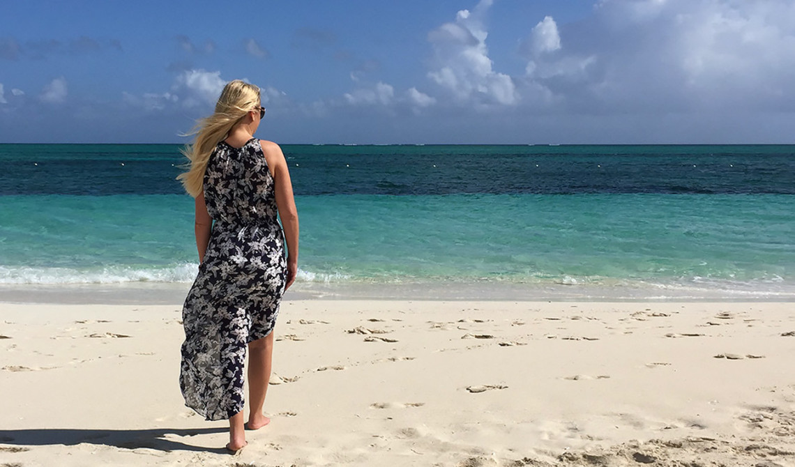 Födelsedagsbarnet på väg ut på stranden vid West Bay Club Resort, Turks & Caicos