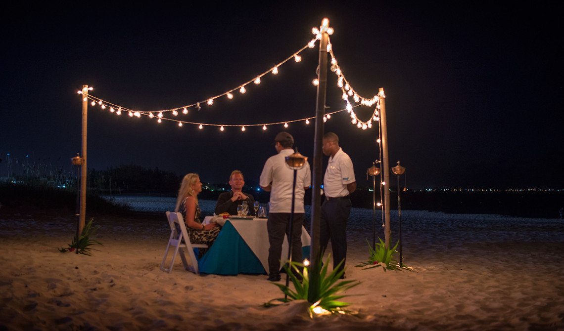 Kocken kommer ut och pratar med oss efter vår fantastiska femrätters fördelsedagsmiddag serverad på stranden, West Bay Club Resort, Turks & Caicos
