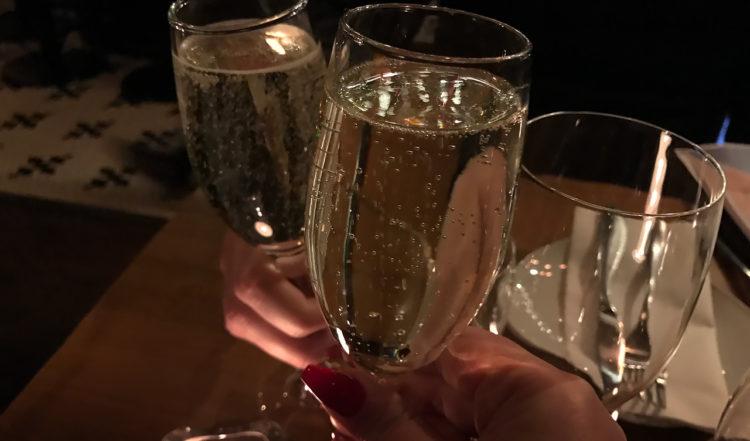 Vi inledde middagen med att skåla i champagne på Cleaver East By Oliver Dunne