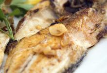 Närbild på fisk, serverad på Chiringuito Almijara