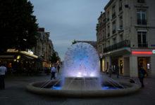 Fontän i centrala Reims, kvällstid