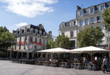 Restauranger och barer längst restauranggatan i Reims, Frankrike