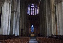 Inne i vackra Notre Dame katedral i Reims