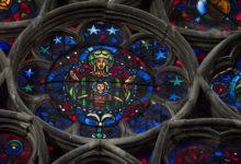 Otroligt pampiga och vackra glasmålningar kan beundras inne i Notre Dame katedral i Reims, Frankrike