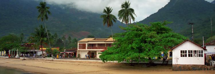 Vila do Abraão från piren i den lilla hamnen, Ilha Grande Brasilien