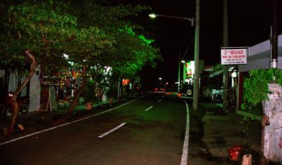 Längs en gata i Sanur en sen kväll