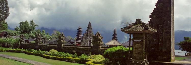 Ingång till Ulun Danu Bratan tempel på Bali