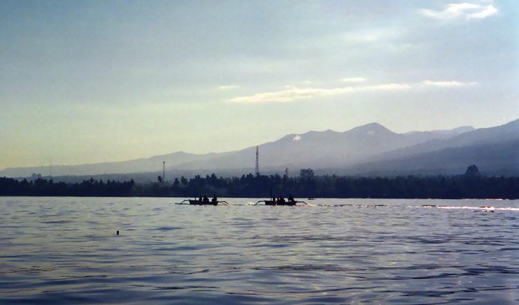Gryning vid Balinesiska havet vid Lovina