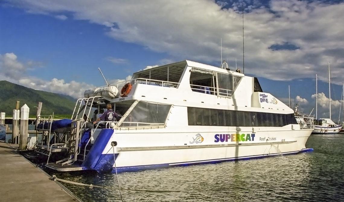 Till Stora Barriärrevet med Supercat färja från Marlin Marina, Cairns