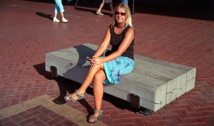 Anki på en bänk i Darling Harbour, Sydney