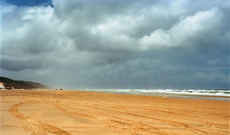 Med bil på standen av Fraser Island