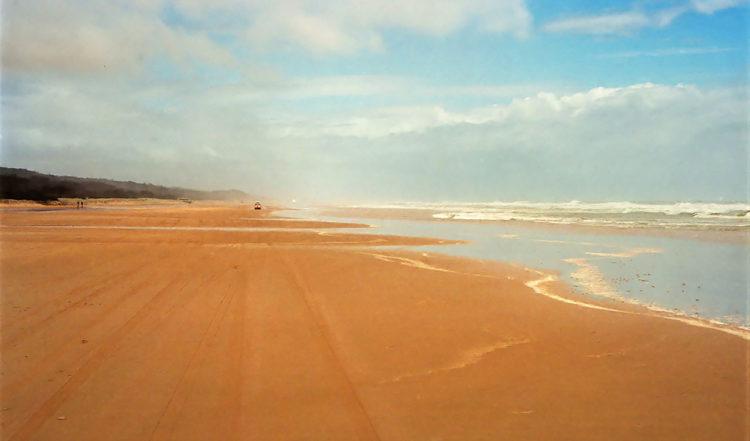 Med bil på stranden, öst kusten av Fraser Island