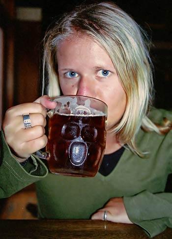 Anki dricker en pint på Bailies i Christchurch