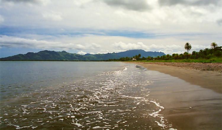 Vågorna rullar in längs Wailoaloa Beach, Fiji