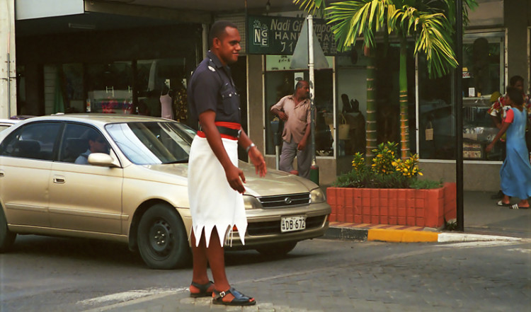 Polis dirigerar trafik i kjol, Nadi centrum