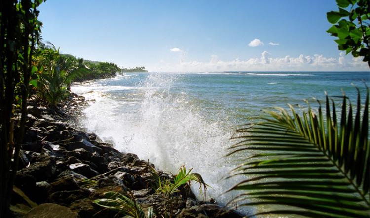 Vågorna slår in mot norra kusten, Samoa
