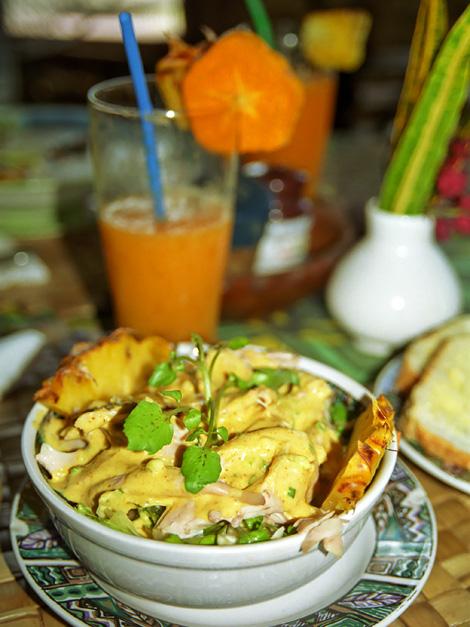 Kycklingsoppa med grönsaker och cocoskräm på Rainforest Cafe & Restaurang, Samoa