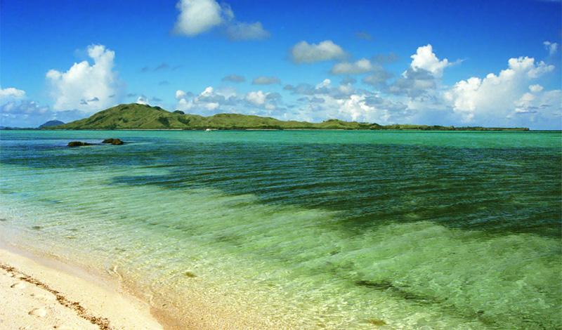 Nacula Island sett från stranden på Turtle Island
