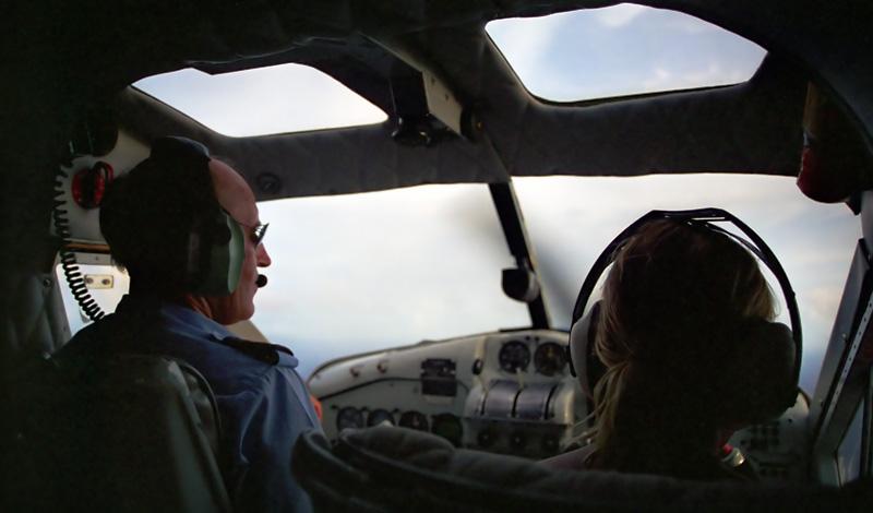 Anki och vår pilot Mike på väg mot Nadi med Turtle Airways, Fiji