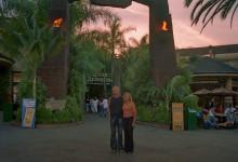 Lars och Anki utanför Jurassic Park på Universal Studio